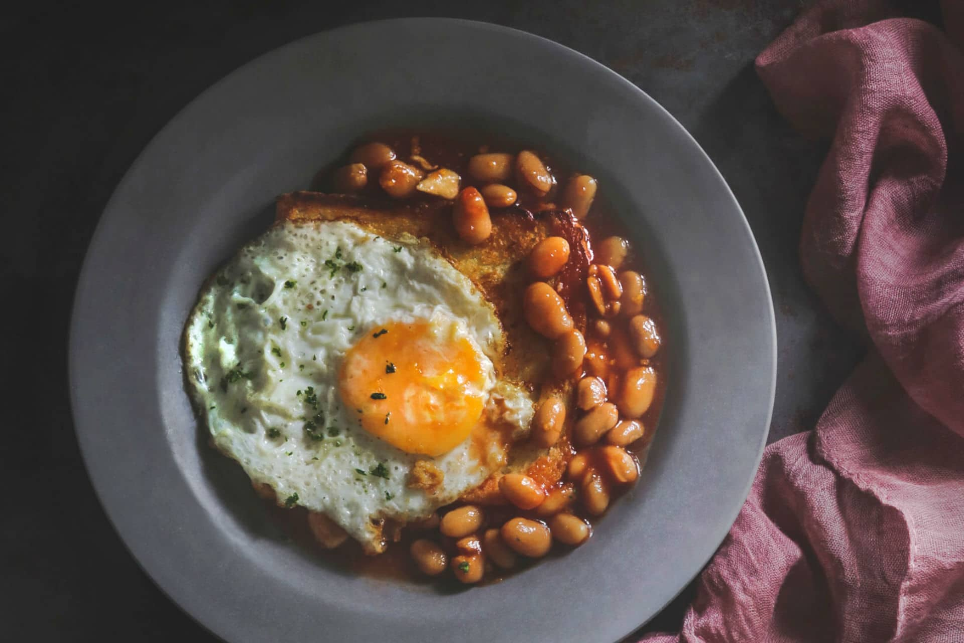 baked beans with toast and an egg