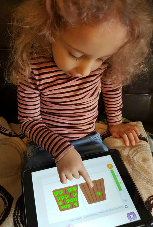Girl using Smartick on tablet